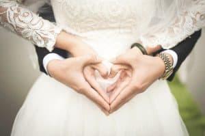 De oorsprong van Valentijnsdag en hoe vieren andere landen deze dag? - bruidspaar met handen in hartvorm